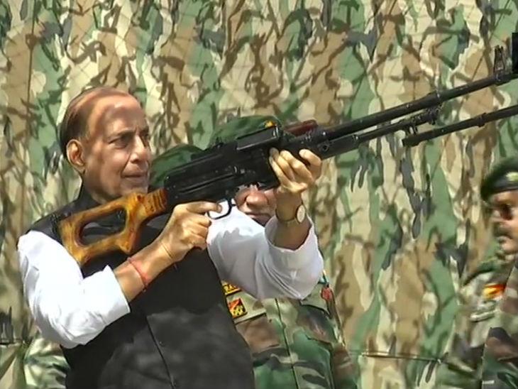 मशीन गन हातात घेतलेले संरक्षणमंत्री. त्यांनी गोळीबारही केला. बंदूक हातात घेतल्याचा आनंद त्यांच्या चेहऱ्यावर स्पष्ट दिसत आहे.