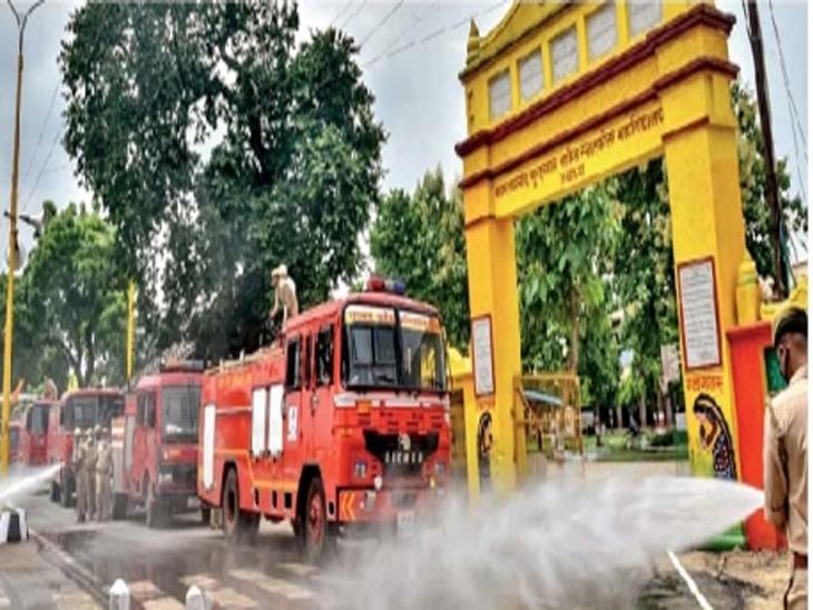 अयोध्येत भूमिपूजनाआधी रस्त्यांची साफसफाई करताना कर्मचारी. - Divya Marathi