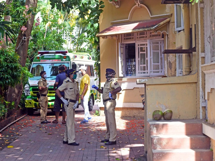 हे छायाचित्र 14 जून 2020 चे आहे. सुशांत सिंह राजपूतने आत्महत्या केल्याचे उघडकीस आल्यानंतर मुंबई पोलिस त्याच्या घरी दाखल झाले होते. - Divya Marathi