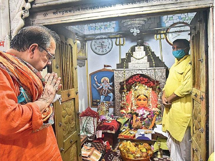 अयोध्येत सकाळी ९ वाजता भूमिपूजन सुरू झाले तेव्हा राजघराण्याचे वंशज विमलेंद्र मोहनप्रताप मिश्र यांनी सकाळी भगवान श्रीरामाची कुलदेवता देवकालीची पूजा सुरू केली. विमलेंद्र राम मंदिर तीर्थचे विश्वस्त आहेत. - Divya Marathi