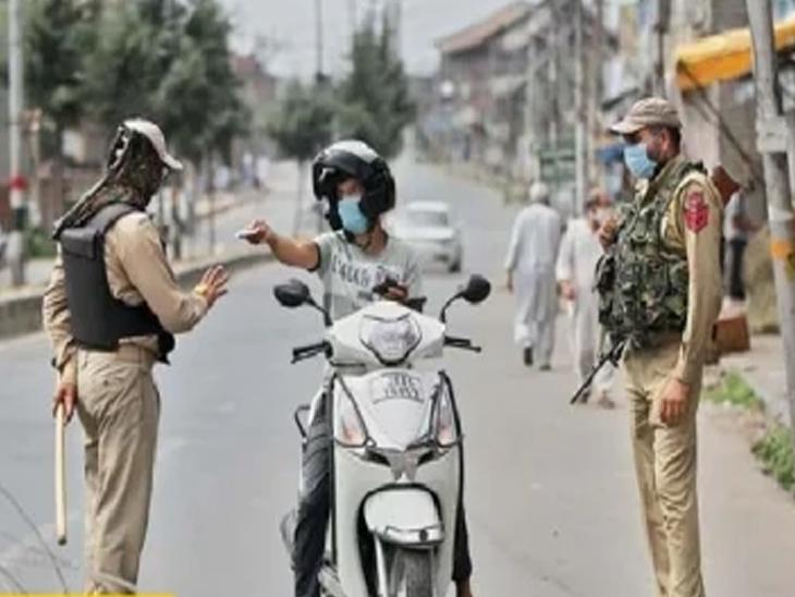 फुटीरतावादी व काही संघटनांनी बुधवारी काळा दिन साजरा करण्याची घोषणा केली आहे. यामुळे खोऱ्यात संचारबंदी लावण्यात आली आहे. - Divya Marathi