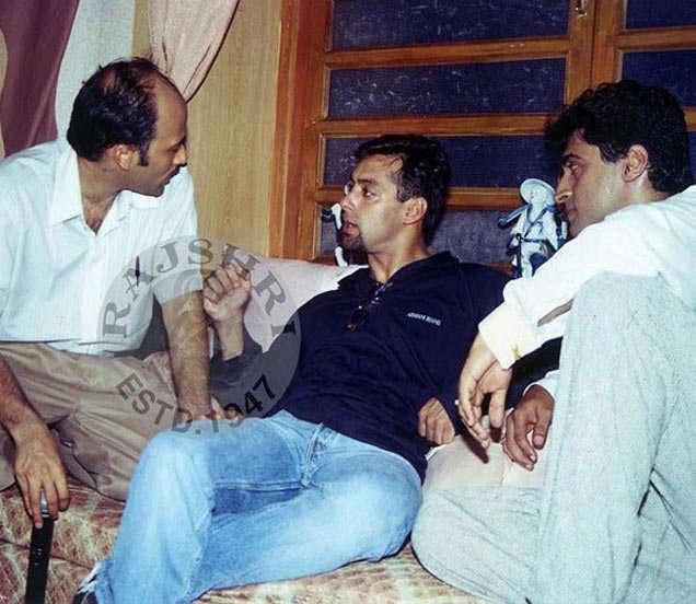 फोटो साभार - राजश्री प्रॉडक्शन, सेटवर मोहनिश बहल आणि सलमान खान यांच्यासोबत दिग्दर्शक सूरज आर. बडजात्या