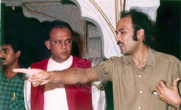 फोटो साभार - राजश्री प्रॉडक्शन, सेटवर अभिनेते आलोकनाथ यांच्यासह दिग्दर्शक सूरज आर. बडजात्या