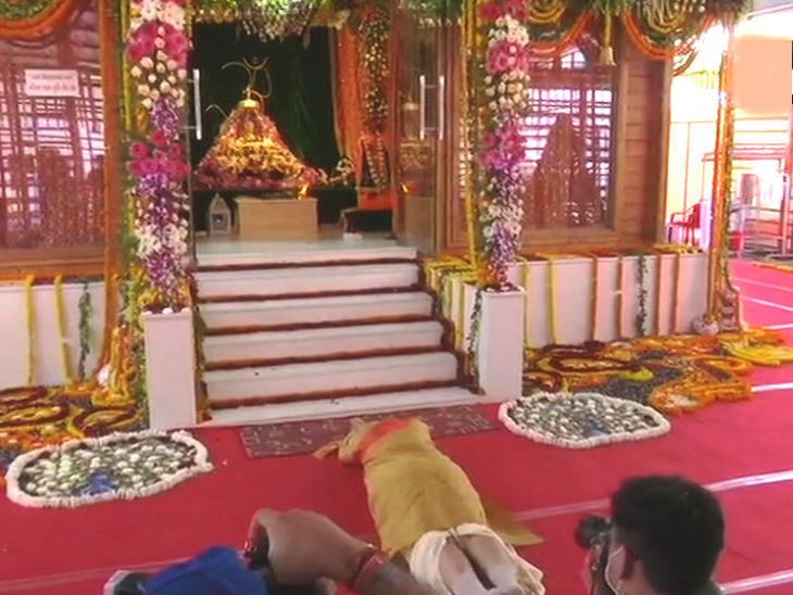 पंतप्रधान नरेंद्र मोदी यांनी रामलाल्लाचे दर्शन घेतले.