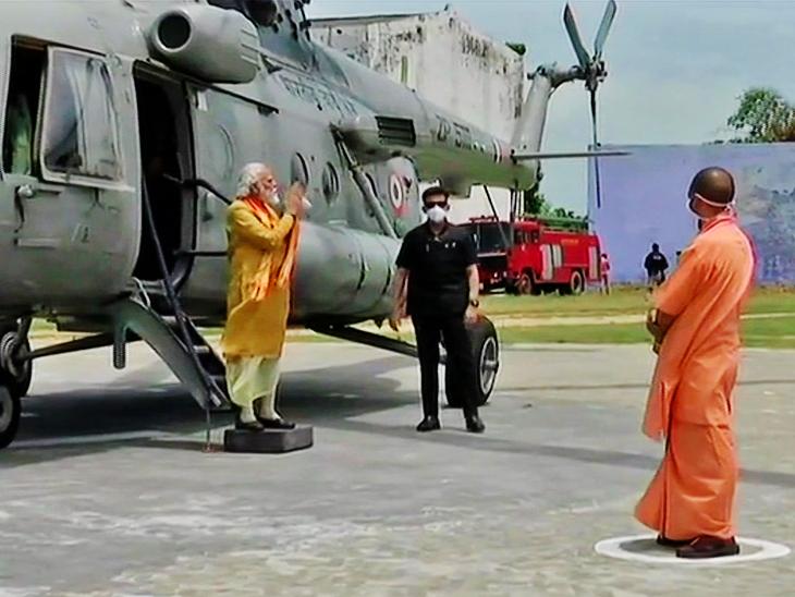 अयोध्येत पोहोचल्यावर सीएम योगींनी हेलिपॅडवर पंतप्रधान मोदींचे अभिवादन केले.