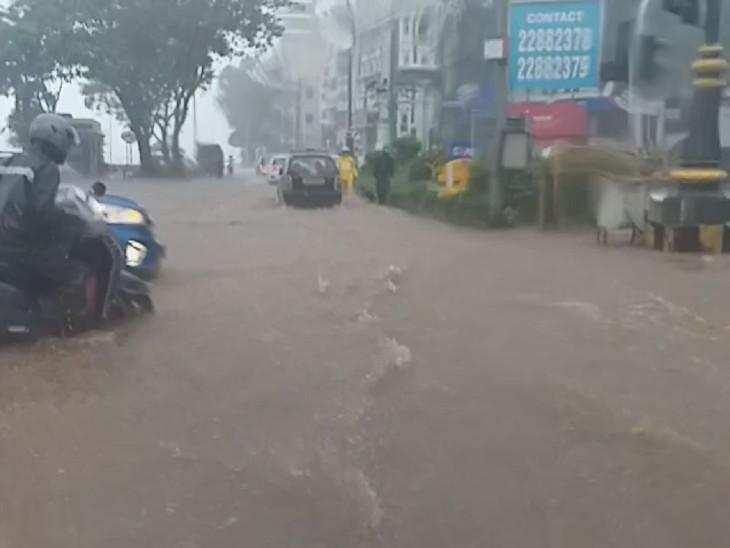 हा फोटोही मुंबईच्या कुलाबा देवी परिसरातील आहे. समुद्राचे पाणी रस्त्यावर वाहत असल्यामुळे येथे पूरसदृश परिस्थिती निर्माण झाली