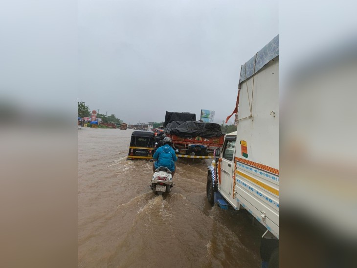 कुलाबा देवी पसिरसात दूर-दूरपर्यंत केवळ पाणी दिसत आहे. रस्ते गायब झाले आहेत.
