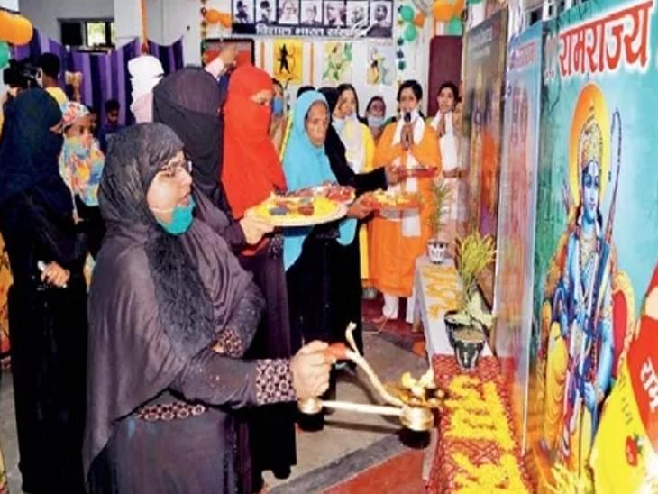 बाबा विश्वनाथाच्या नगरीत आरती करताना मुस्लिम महिला. - Divya Marathi