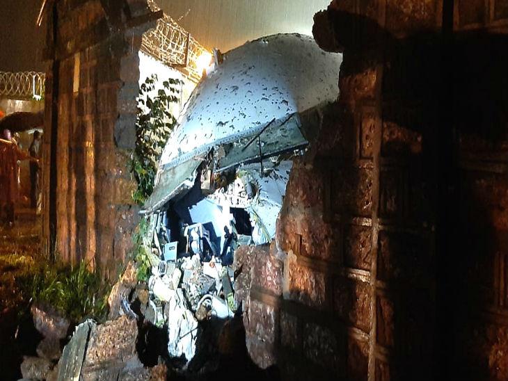 दरीत कोसळल्यानंतर विमान एअरपोर्ट कँपसच्या भिंतीला धडकले.