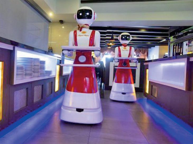 एका हॉटेलमध्ये काम करणारा रोबोट - Divya Marathi