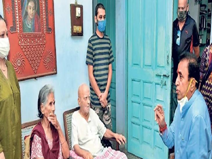 गृहमंत्री अनिल देशमुख यांनी साठे यांच्या घरी जाऊन त्यांचे सांत्वन केले. - Divya Marathi