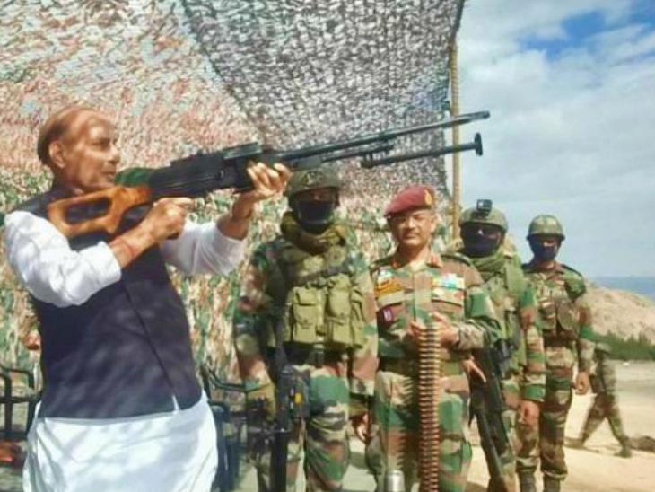फोटो 17 जुलैचा आहे. तेव्हा संरक्षणमंत्री राजनाथ सिंह यांनी लडाखला भेट दिली. यावेळी त्यांनी सैनिकांशी संवाद साधला - Divya Marathi