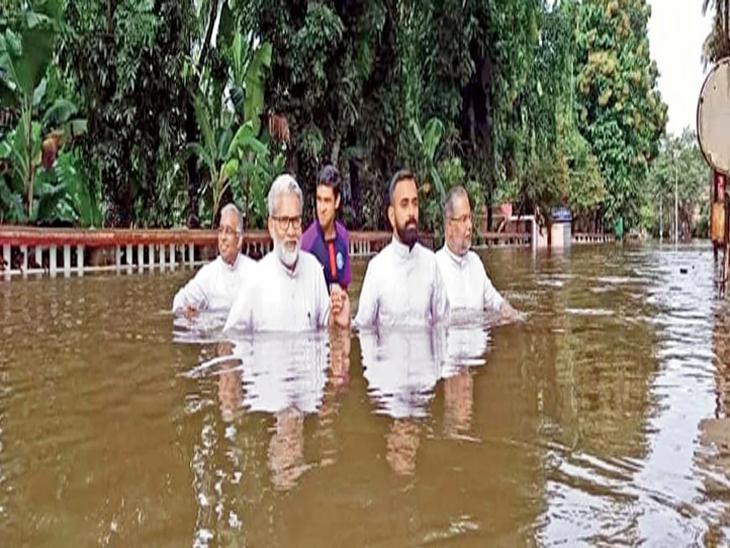 छायाचित्र केरळच्या कोटायम जिल्ह्यातील आहे. येथील बिशप हाऊसला पाण्याने वेढा दिला होता. त्यामुळे पादरींना बाहेर पडणेही कठीण झाले. - Divya Marathi