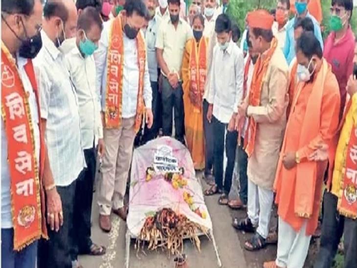 कर्नाटक सरकारची काढली प्रतीकात्मक अंत्ययात्रा - Divya Marathi