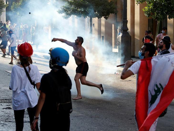 रविवारी बेरूतमधील शहीद चौकात आंदोलकांनी पोलिसांवर दगडफेक केली.