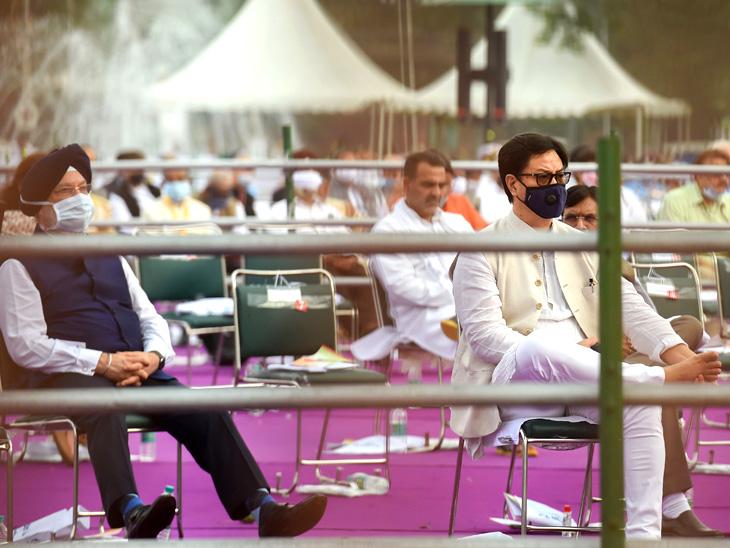 केंद्रीय मंत्री हरदीप पुरी आणि किरन रिजिजु देखील सोशल डिस्टेंसिंगसह बसले.