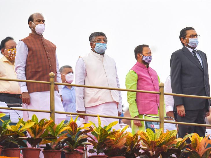 लोकसभा स्पीकर ओम बिर्ला, केंद्रीय मंत्री रविशंकर प्रसाद, प्रकाश जावडेकर आणि हर्षवर्धन देखील उपस्थित होते. सर्वांना पूर्ण वेळ मास्क घातलेले होते.