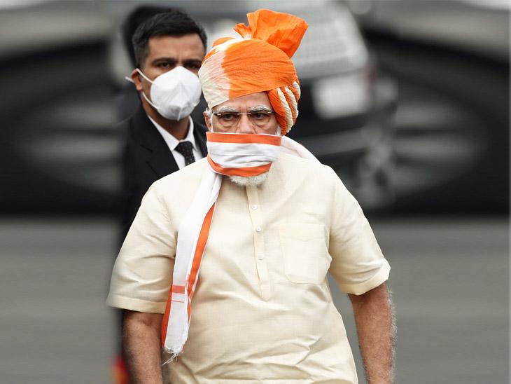 पंतप्रधान नरेंद्र मोदी 74 व्या स्वातंत्र्य दिनाच्या निमित्ताने लाल किल्ल्याच्या कार्यक्रमात केशरी आणि क्रीम कलरचा गमछा चेहऱ्यावर लावून जाताना दिसले. त्यांनी गमछा केवळ भाषण देत असताना काढला.