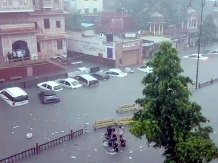 जयपूर : चौडा रास्ता भागात पार्किंगमध्ये बुडालेल्या कार - Divya Marathi