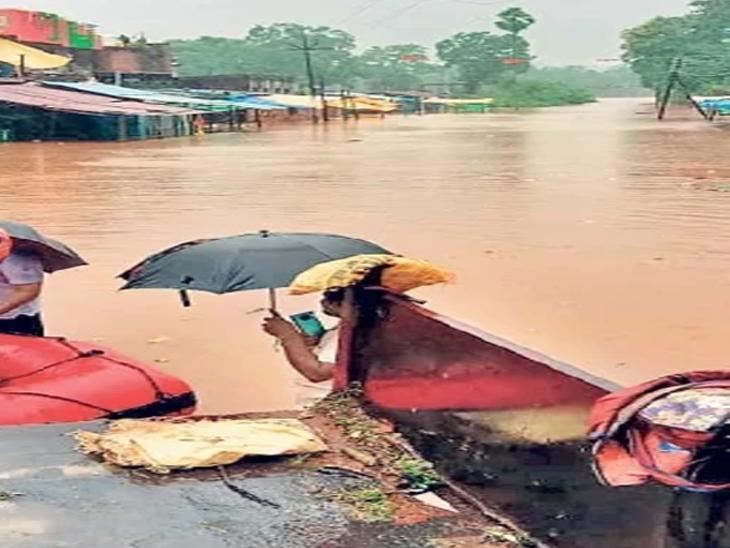 भामरागड तालुक्तयातील पर्ल नदीच्या पुराचे पाणी शहरात घुसले - Divya Marathi