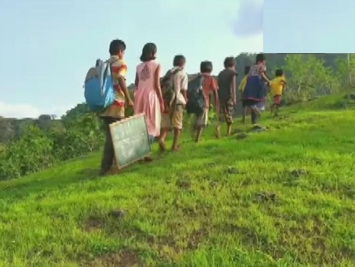 गावातील मुले रोज अभ्यासासाठी टेकडीवरील झाडावर जातात
