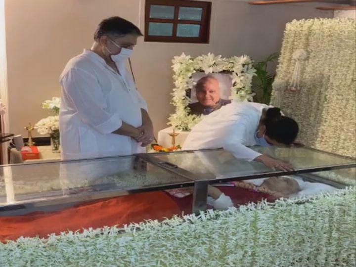 वर्सोवास्थित निवासस्थानी पंडितजींचे पार्थिव शरीर अंत्यदर्शनासाठी ठेवण्यात आले आहे. - Divya Marathi