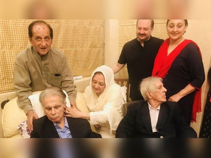 असलम खान दिलीप कुमार यांच्या मागे ब्राऊन कुर्त्यात दिसत आहेत  -फाइल फोटो - Divya Marathi