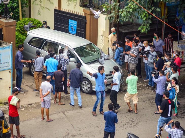 डीआरडीओ गेस्ट हाऊसच्या बाहेर जमलेली गर्दी.
