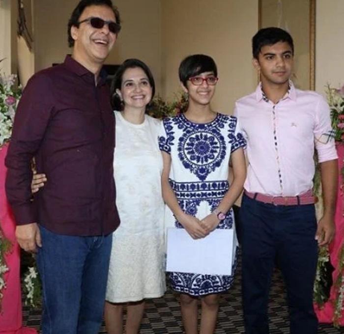 पत्नी आणि दोन्ही मुलांसोबत विधू विनोद चोप्रा
