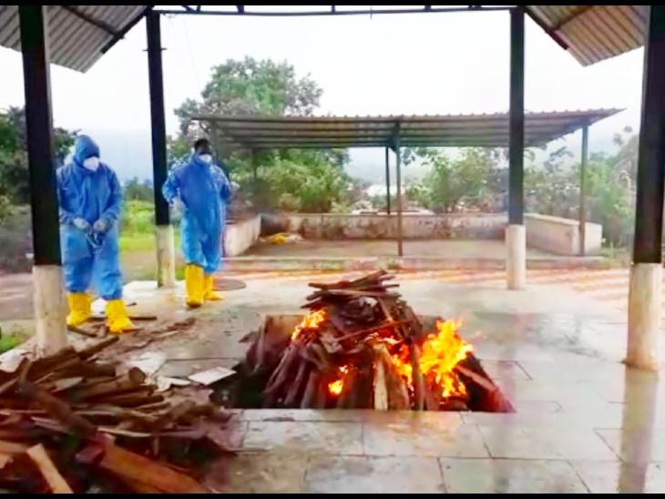 मृतदेहावर पीपीई किट घालून अंत्यसंस्कार करताना ग्राम पंचायत सदस्य