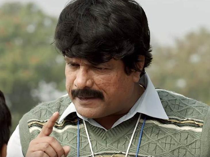 धाेनीचे कोच केशव बॅनर्जीची भूमिका करणारे कलाकार राजेश शर्मा