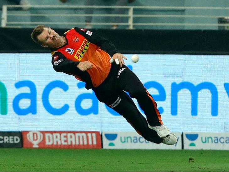 हैदराबादचा कर्णधार डेव्हिड वॉर्नरने बॅटिंगनंतर फिल्डिंगमध्येही कमाल दाखवली.
