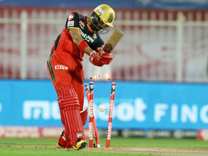 बंगळुरूचा सलामीवीर देवदत्त पडिकक्कलला आंद्रे रसेलने क्लीन बोल्ड केले. त्याने 23 चेंडूत 32 धावा केल्या.