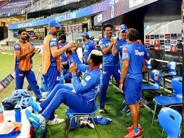 राजस्थानविरुद्ध विजयानंतर जल्लोष साजरा करणारे दिल्लीचे खेळाडू. संघ गुणतालिकेत अव्वल स्थानी पोहोचला.