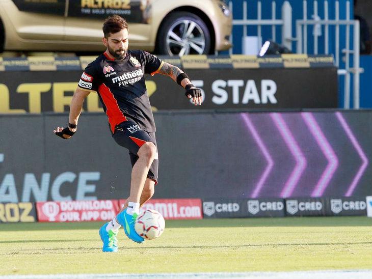 सामन्यापूर्वी रॉयल चॅलेंजर्स बंगळुरूचा कर्णधार विराट कोहली फुटबॉल खेळताना दिसला.