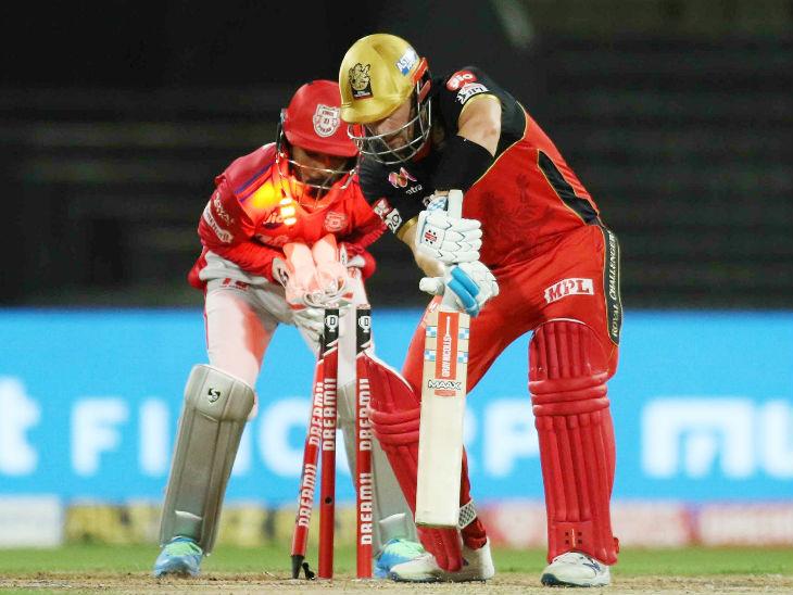 आरसीबीचा सलामीवीर आरोन फिंचला पंजाबच्या मुरुगन अश्विनने क्लीन बोल्ड केले. त्याने दोन चौकार आणि एका षटकाराच्या मदतीने 18 चेंडूत 20 धावा केल्या.