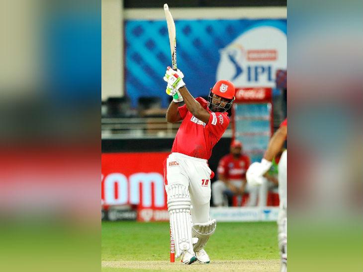 सामन्याच्या दुसर्या सुपर ओव्हरमध्ये 12 धावांच्या लक्ष्याचा पाठलाग करताना ख्रिस गेलने ट्रेंट बोल्टच्या पहिल्या चेंडूवर षटकार ठोकला होता.