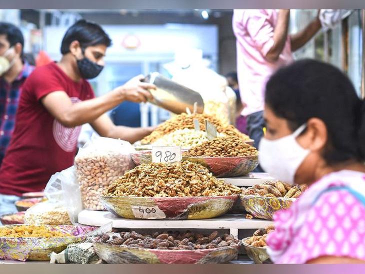 कोरोना साथीच्या दरम्यान सणासुदीच्या हंगामात बाजारात लोकांची गर्दी वाढली आहे. - Divya Marathi