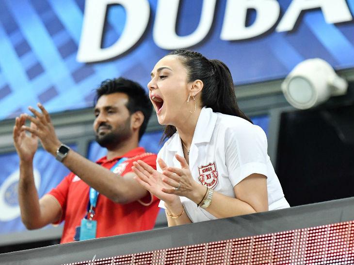पंजाबचा फलंदाज जिमी नीशमने षटकार मारत संघाला विजय मिळवून दिला. षटकार ठोकताच प्रिती झिंटाने अशाप्रकारे आनंद व्यक्त केला.