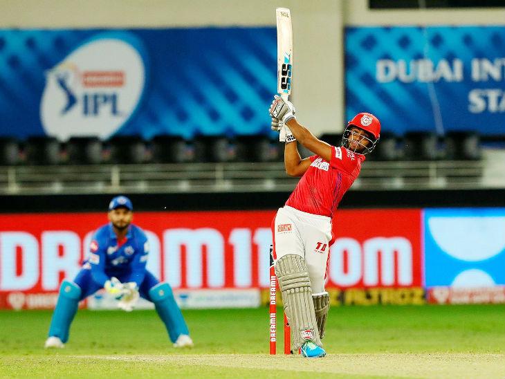 165 धावांच्या लक्ष्याचा पाठलाग करत पंजाबच्या निकोलस पूरनने 28 चेंडूत 53 धावांची खेळी केली. त्याने 3 चौकार आणि 3 षटकार लगावले. निकोलसच्या या खेळीमुळे पंजाबने 5 विकेट्सनी सामना जिंकला.
