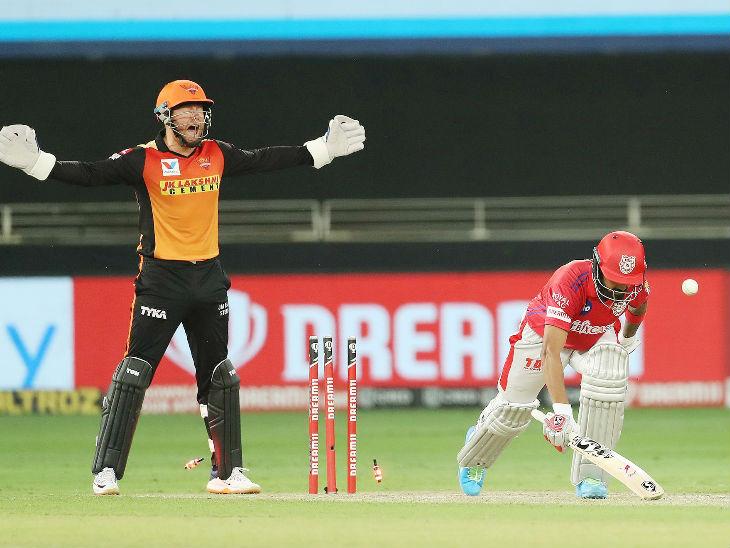 पंजाबचा कर्णधार लोकेश राहुलला रशीद खानने क्लीन बोल्ड केले. राहुलने 27 धावांची खेळी केली.