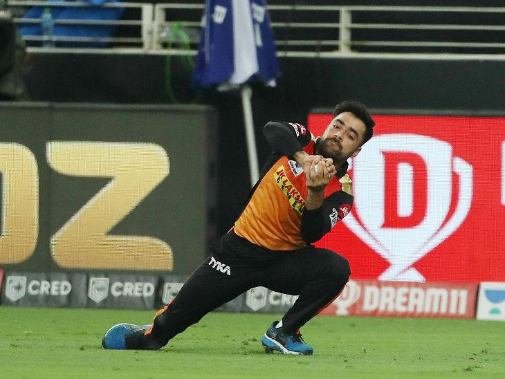 हैदराबादच्या राशिद खानने मनदीप सिंगचा शानदार झेल टिपला. मनदीपने 17 धावा फटकावल्या, तर 4 षटकांत रशीदने 14 धावा देऊन 2 बळी घेतले.