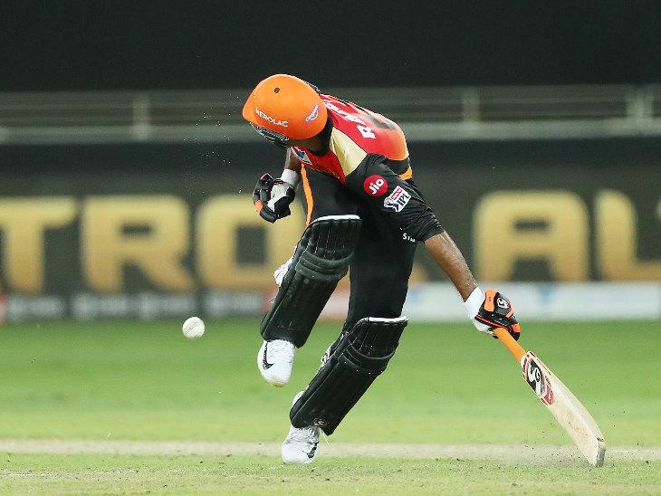 18 व्या षटकातील चौथ्या बॉलवर स्ट्राइकवर असलेला जेसन होल्डर शॉट मारून धावला. दरम्यान निकोलस पूरनने स्टंपवर जोरदार थ्रो मारला.