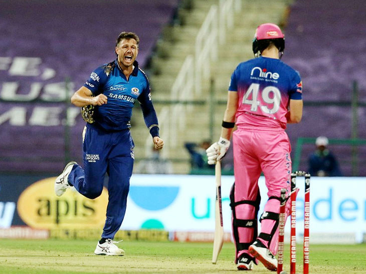 राजस्थानने फक्त 2 गडी गमावले. मुंबईचा वेगवान गोलंदाज जेम्स पॅटिंसनने रॉबिन उथप्पा आणि कर्मधार स्टीव्ह स्मिथला बाद केले.