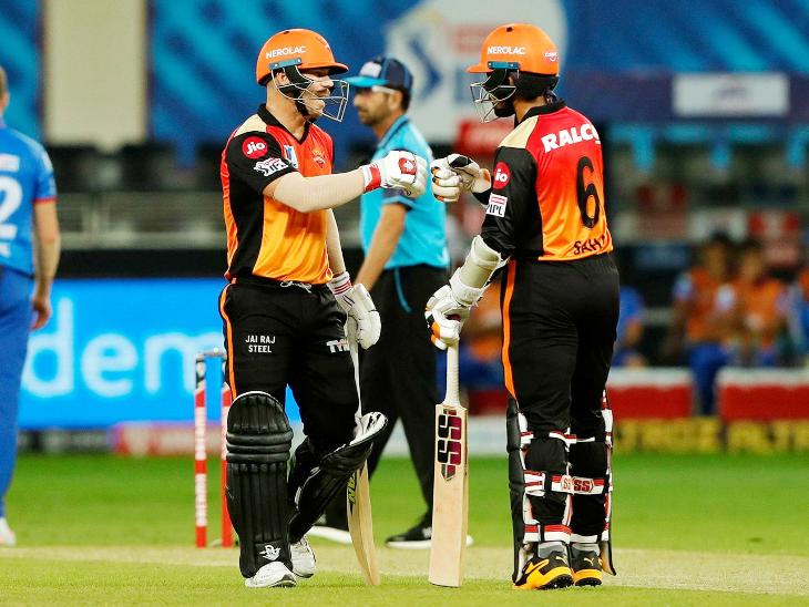 वॉर्नर-साहाने पहिल्या विकेटसाठी 107 धावांची भागीदारी करुन हैदराबादला दमदार सुरुवात करून केली.