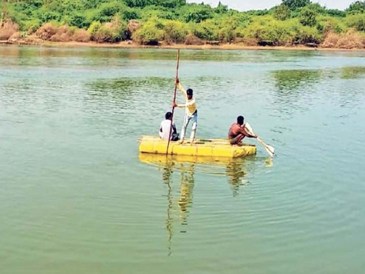 राक्षसभुवन येथील गोदावरी नदीच्या पात्रात युवकाचा शोध घेताना नागरिक. - Divya Marathi
