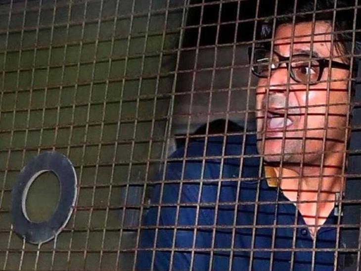 हा फोटो अर्णब गोस्वामीला अलिबाग पोलिस स्टेशनमधून तळोजा जेलमध्ये नेतानाचा आहे. - Divya Marathi