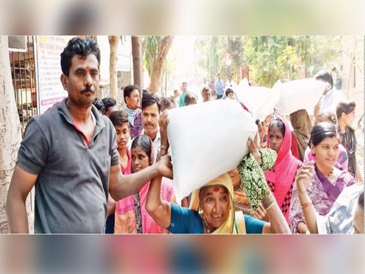 पाटोद्यात ग्रामस्थांना अर्ध्या किमतीत साखरेचे वितरण करण्यात आले. - Divya Marathi