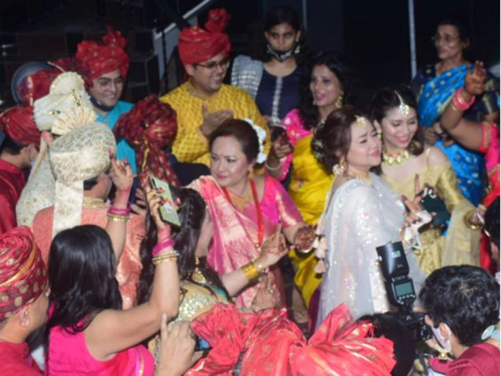 या फोटोत आदित्य वडील उदित नारायण यांच्यासोबत डान्स करताना दिसत आहे. आदित्यची आई दीपा नारायण यांनीही मुलाच्या लग्नात डान्स केला.