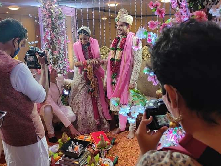 एका मुलाखतीत आदित्य म्हणाला होता, 'कोविड 19 मुळे आम्ही लग्नात फक्त जवळचे नातेवाईक आणि मित्रांना आमंत्रित करत आहोत. कारण महाराष्ट्रात लग्नात फक्त 50 पाहुण्यांना बोलवण्याची परवानगी आहे. त्यामुळे हे लग्न मंदिरात होणार असून त्यानंतर एक छोटे रिसेप्शन होईल.'